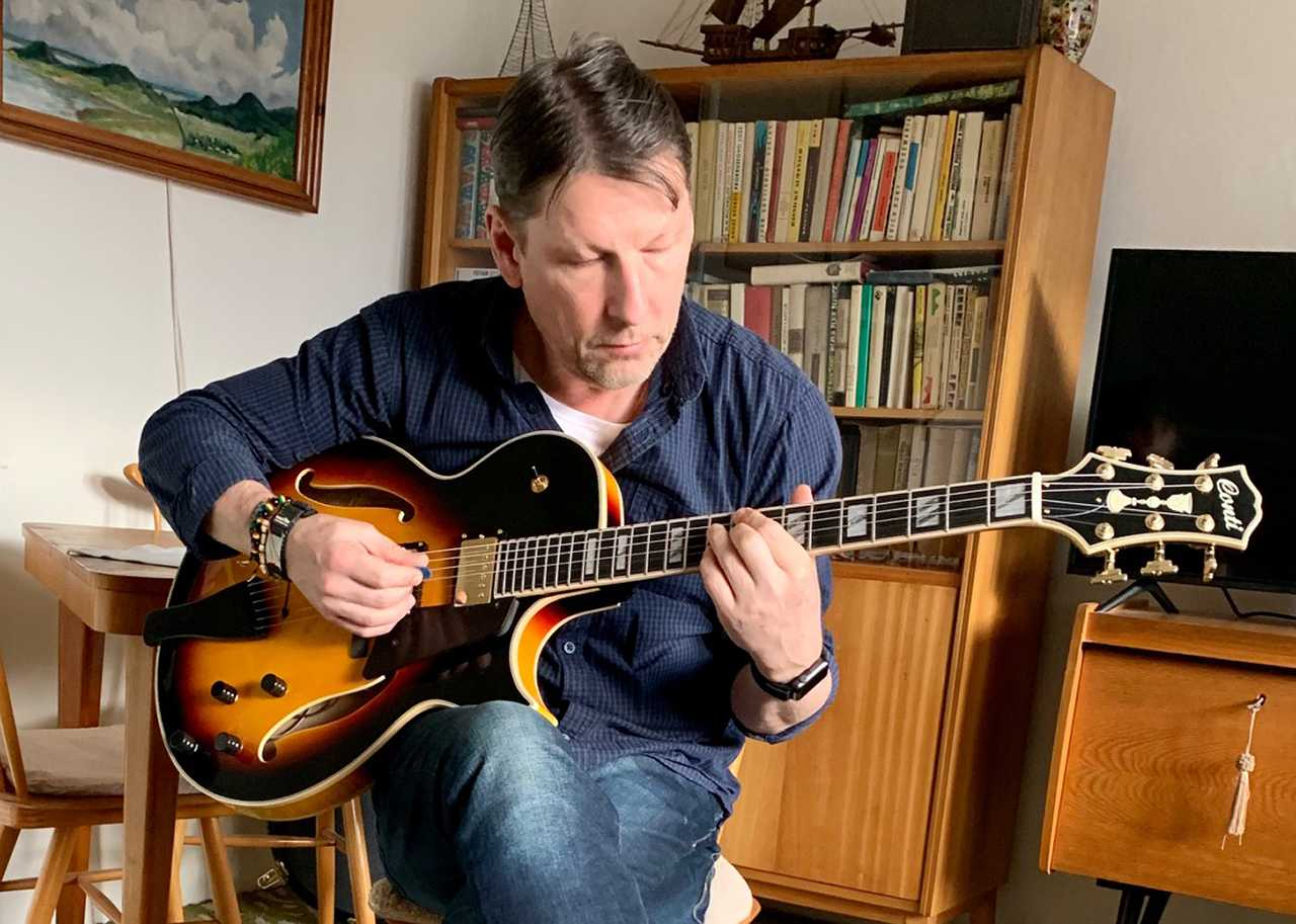 Tomas Urban of the Czech Republic with his new double pickup Conti Entrada Archtop in Sunburst